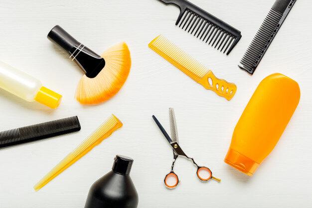 outils-coiffeur-equipement-salon-coiffure-pour-coiffure-professionnelle-dans-salon-beaute-service-coupe-cheveux-vue-dessus-plat-fond-blanc_221542-430.jpg